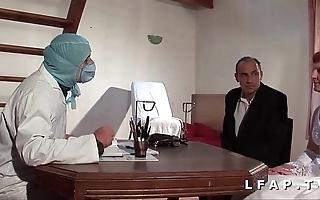 Sneezles vieille mariee se fait defoncee le cul chez le gyneco en triumvirate avec le mari